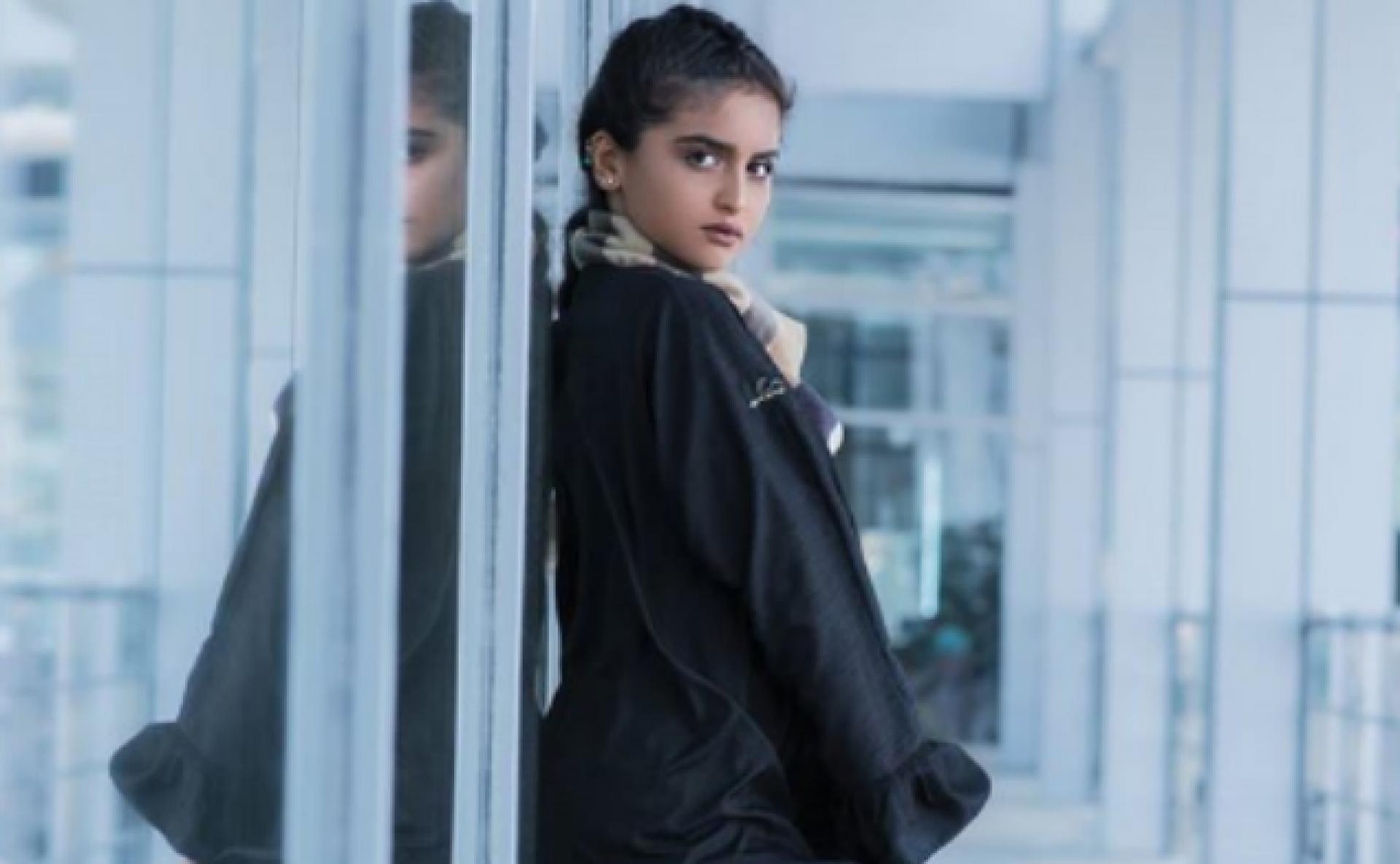 بالصور - حلا الترك تضج انوثة بالعباءة... ماذا ارتدت تحتها؟   Laha Magazine
