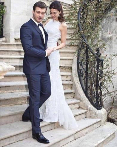 فستان زفاف زوجة Kivanc Tatlitug يتّسم بالأناقة والبساطة