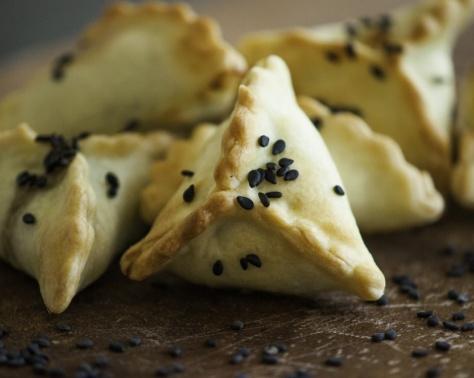 الأكل فنّ مع مها: مُثلثات السّلق بجبنة الفيتا