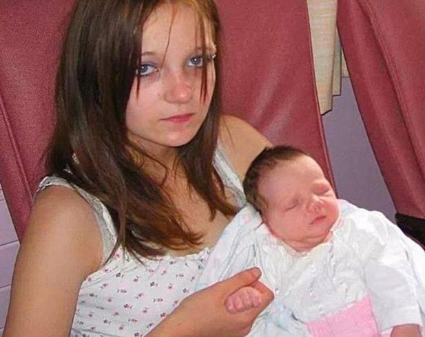 بالصور - معاناة أصغر أم بريطانية.. اغتصبها شقيقها وأنجبت في سن الـ12 وتنتظر الأن مولوداً ثانياً!