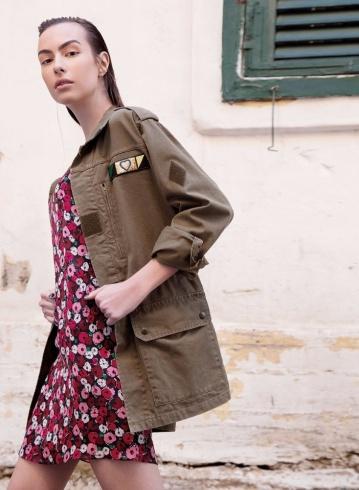فستان من الحرير المطبع وسترة باللون الكاكي من Saint Laurent.