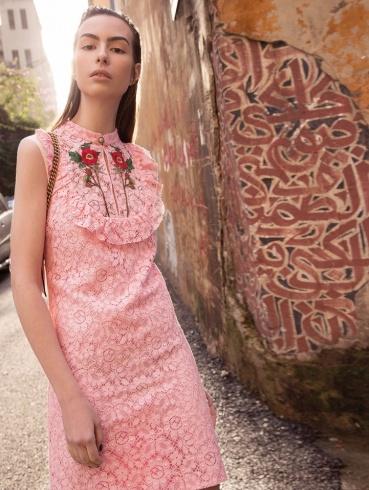 فستان من الدانتيل مع ياقة مطرزة من Gucci.