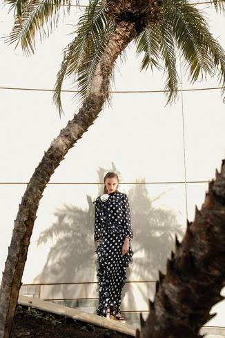 فستان من الموصلين المطبع بالنقاط من Gucci. أقراط للأذنين من Dolce&Gabbana.