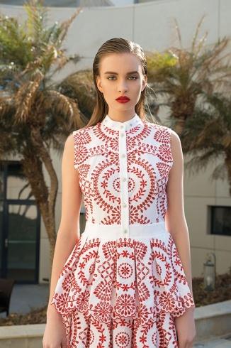 فستان من المخرمات الانكليزية باللونين الأحمر والأبيض من Alexander McQueen.