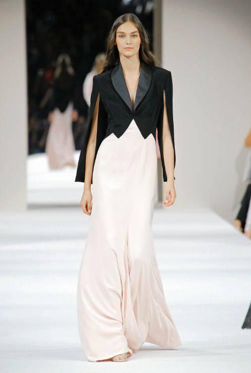c481352e9 الموديل الثاني من مجموعة Chanel للأزياء الراقية لخريف وشتاء 2018/2019، وهو  عبارة عن فستان سهرة أنيق مع سترة فوقه. القسم العلوي من الفستان والسترة  مصنوعان من ...