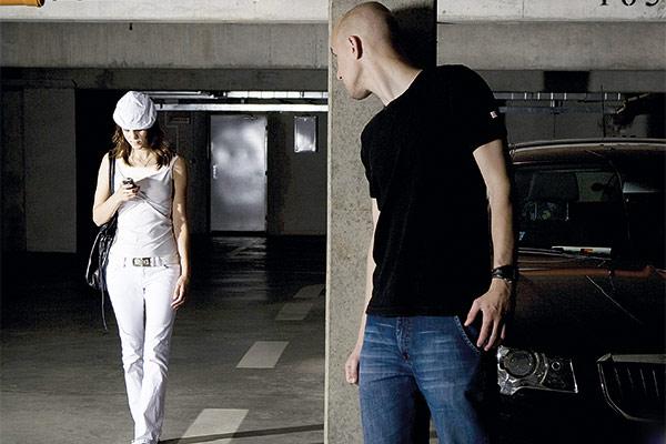 56c542e20c557 أسلحة نسائية مبتكرة لمواجهة التحرش... أحدثها  خاتم التحرش  و فستان الصبار